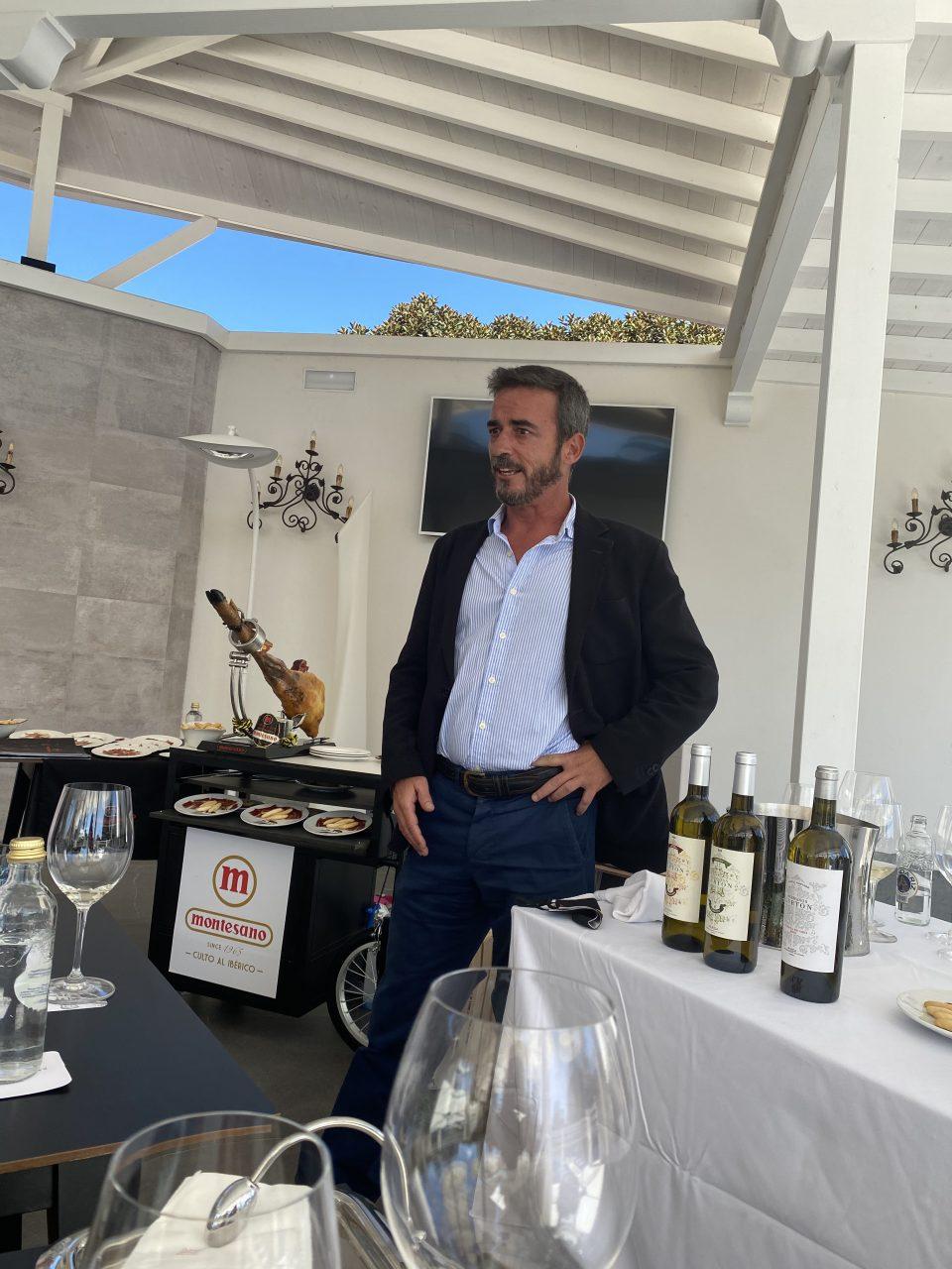 Arriba, Carmen y Jaime García, propietarios del Grupo MONTESANO. Sobre estas líneas, Jaime haciendo su exposición sobre las cualidades de los afamados jamones y productos ibéricos de la firma.