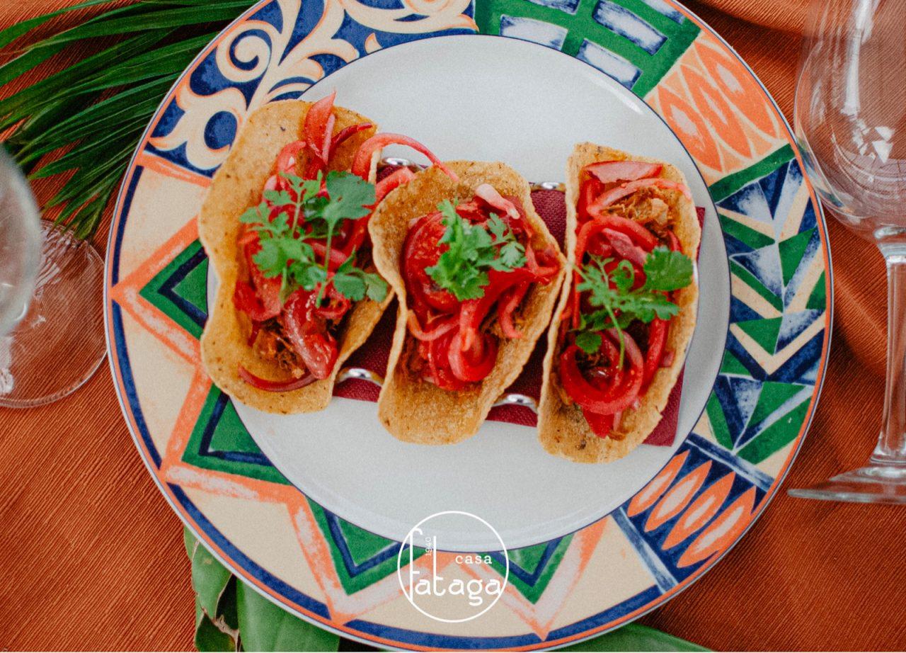 Tacos de cochino negro con cebolla encurtida, otro plato de éxito en Casa Fataga.