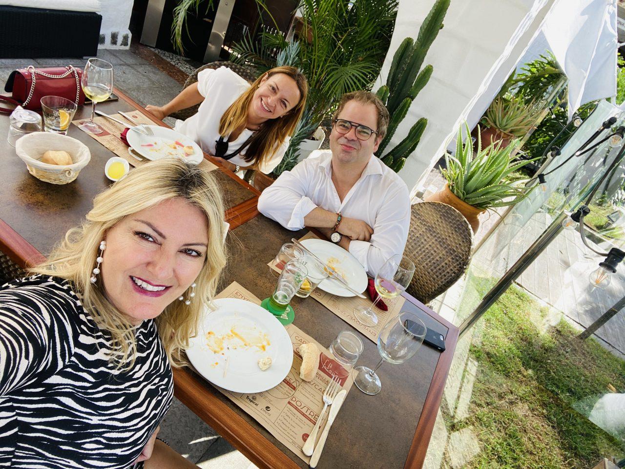 Carmen Hernández Salchaga, de ron Puerto de Indias, Iván Ortega, propietario de Casa Fataga, y yo durante el almuerzo.