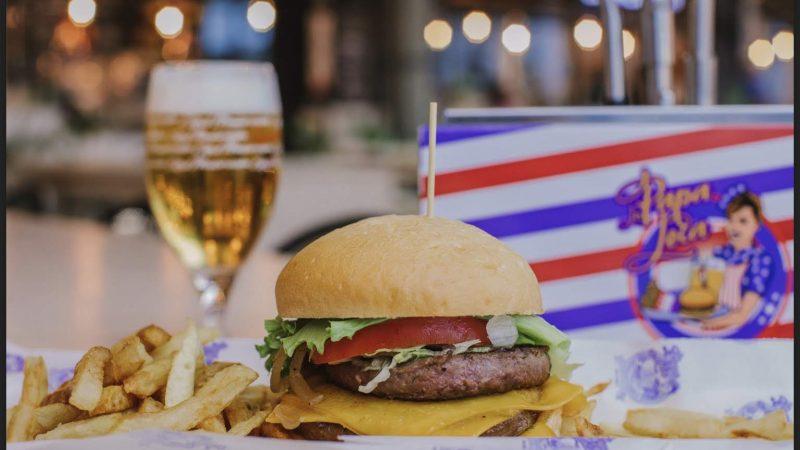 Si vas con prisa y no quieres complicarte en la cocina, una hamburguesa comprada en el súper para hacer en la sartén te puede valer. Pero elige bien cuál compras, porque las diferencias de calidad entre unas marcas y otras son bastante grandes.